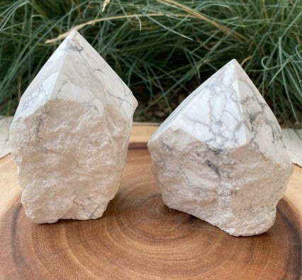 howlite_crystal_points